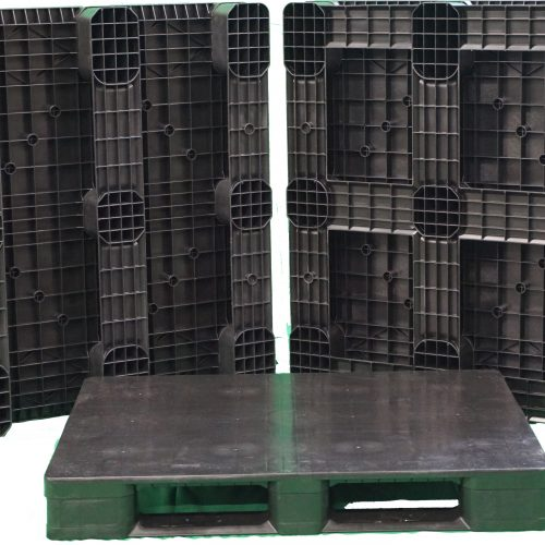 Light weight closed deck rackable plastic pallet